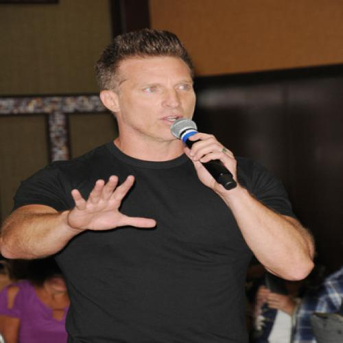 Steve Burton (Jason) was the emcee of the main cast event chatting it up with the cast during the panels.